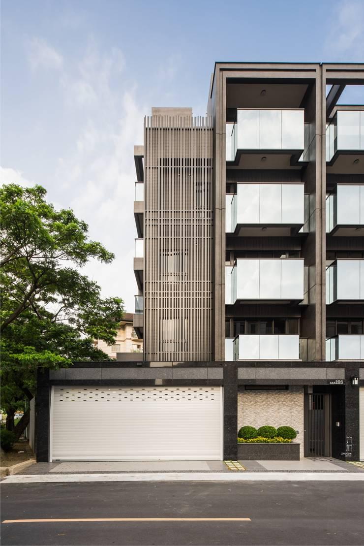 邊間戶型多了金屬隔柵的細膩.為整個建案多了精緻感:  辦公室&店面 by 竹村空間 Zhucun Design