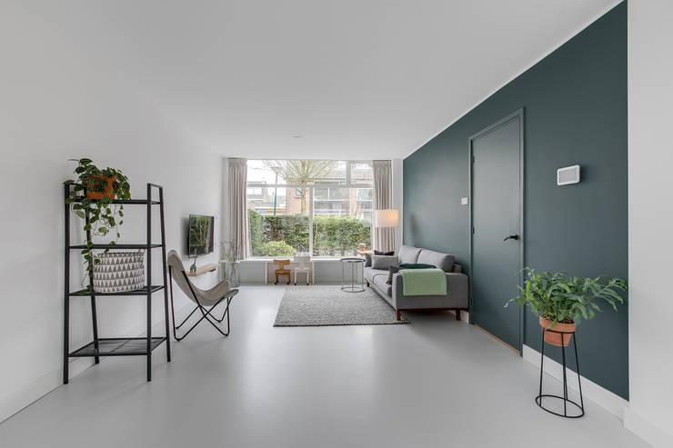 Interieurfotografie eengezinswoning:  Woonkamer door Esther Scherpenzeel Fotografie, Modern