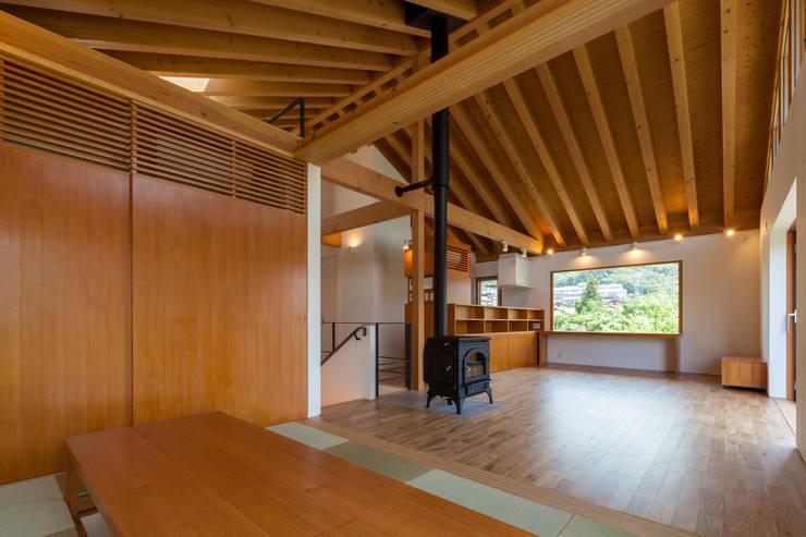 小布施雁田の家: 伊東亮一建築設計事務所が手掛けたダイニングです。