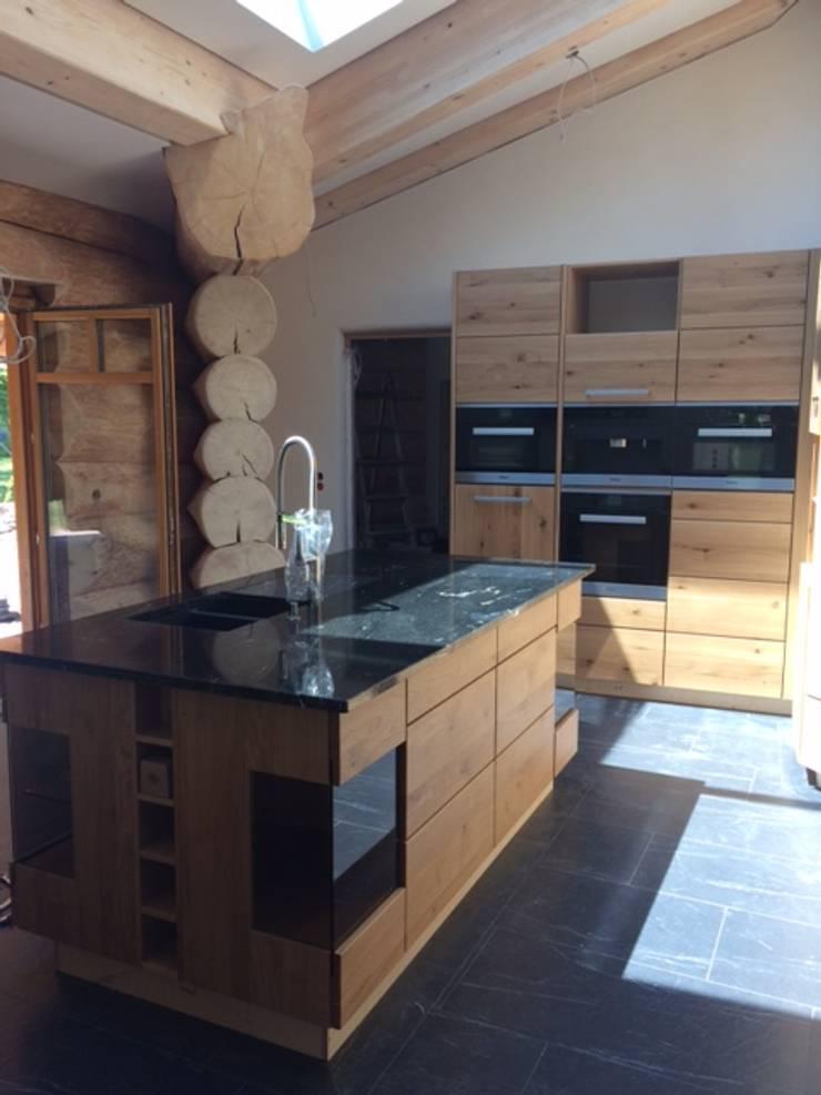 Henche Massivholzkuche In Einem Holzhaus By Henche Mobelwerkstatte