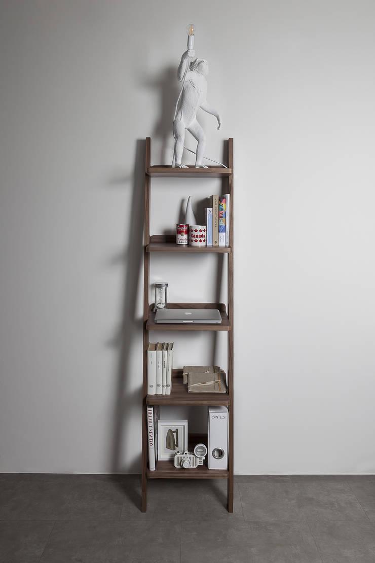 Librero Climb Nogal: Salas de estilo  por BMAA