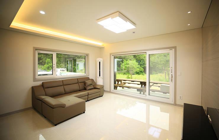 주택 내부 -1F: 더존하우징의  거실