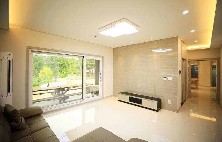 주택 내부 -1F: 더존하우징의  거실,모던