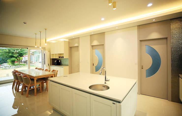 주택 내부 -1F: 더존하우징의  주방 설비,모던