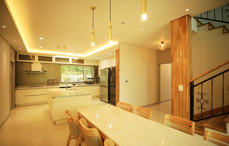 주택 내부 -1F: 더존하우징의  다이닝 룸,모던