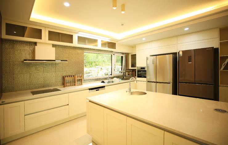 주택 내부 -1F: 더존하우징의  주방,모던