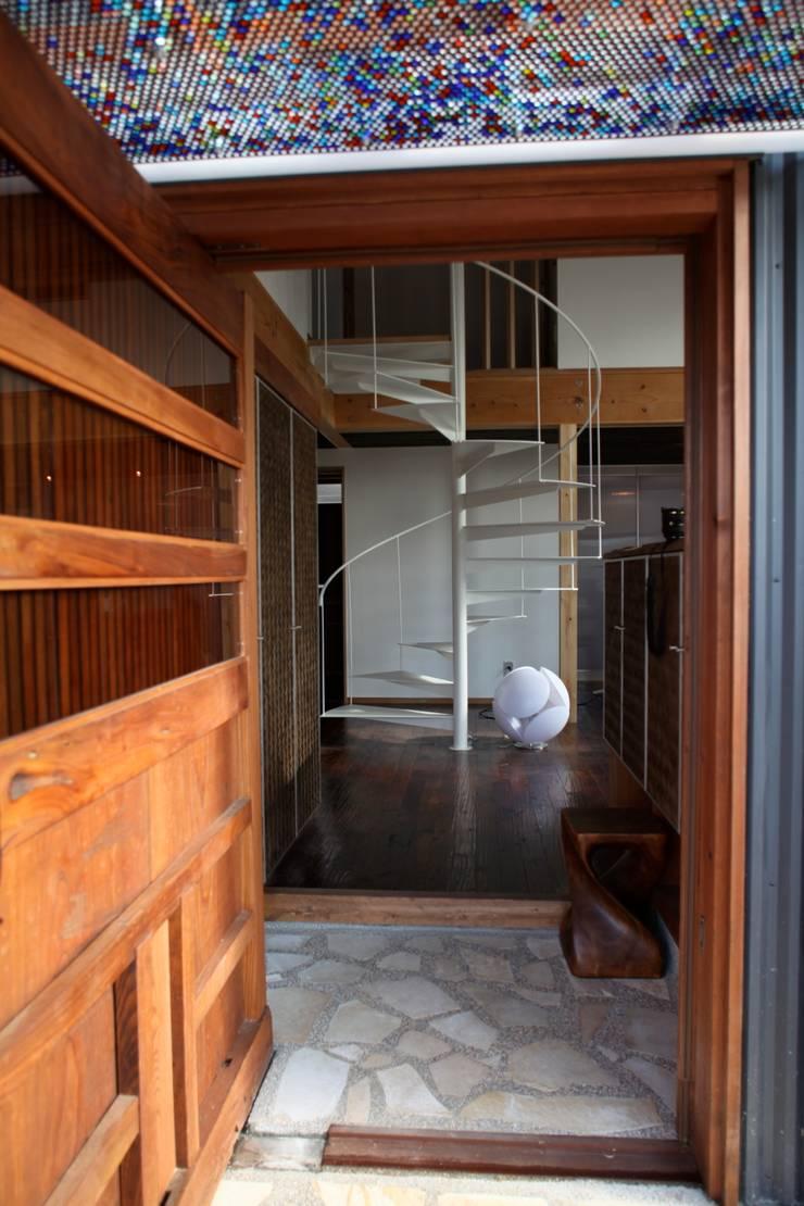 ทางเดินแบบเอเชียห้องโถงและบันได โดย 株式会社高野設計工房 เอเชียน