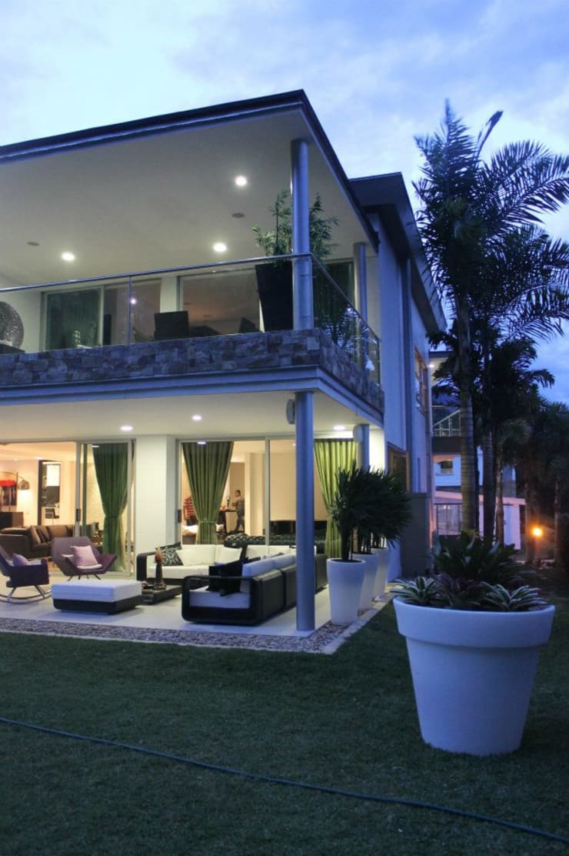 FACHADA ILUMINADA: Casas de estilo  por IngeniARQ Arquitectura + Ingeniería