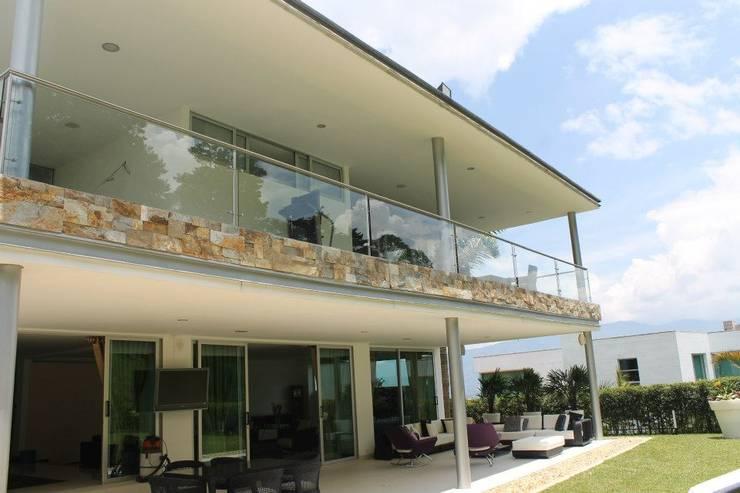 FACHADA: Casas de estilo  por IngeniARQ Arquitectura + Ingeniería