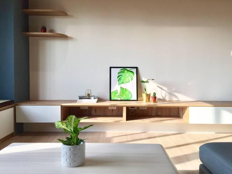 木質風格的舒適感:  客廳 by 圓方空間設計
