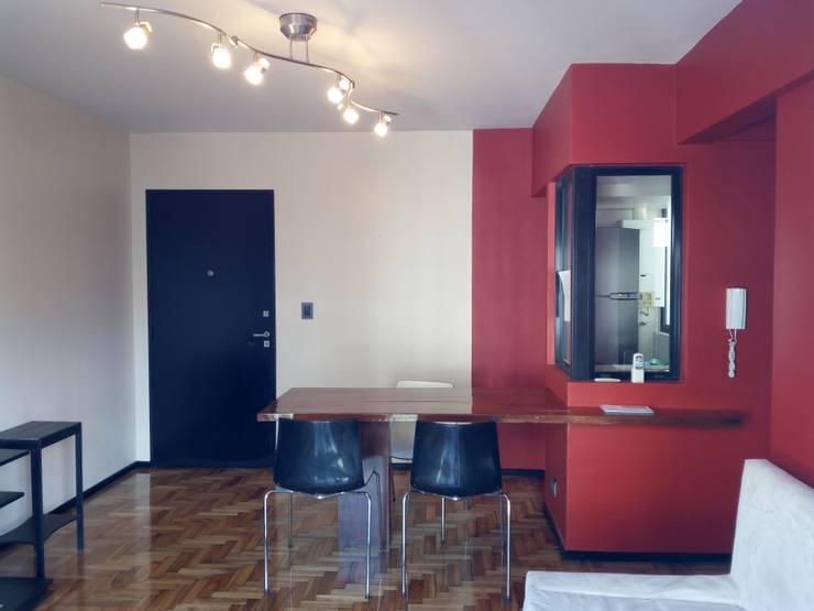 Apartamento rojo... en el once: Casas unifamiliares de estilo  por Marcelo Manzán Arquitecto,