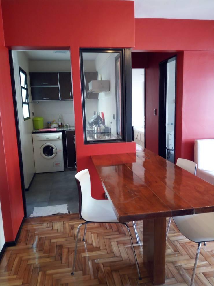 Apartamento rojo… en el once: Cocinas de estilo  por Marcelo Manzán Arquitecto,