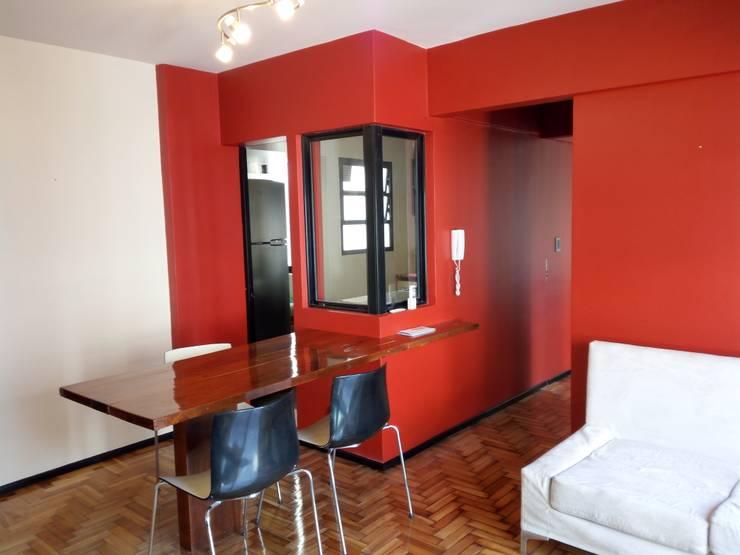 Apartamento rojo… en el once: Casas unifamiliares de estilo  por Marcelo Manzán Arquitecto,