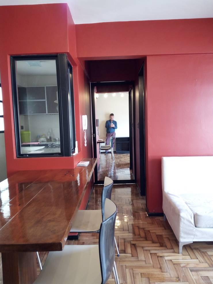 Apartamento rojo… en el once: Comedores de estilo  por Marcelo Manzán Arquitecto,
