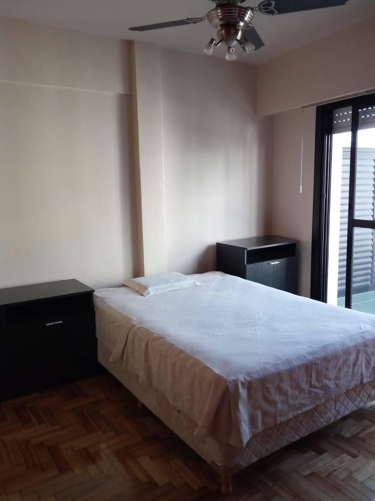 Apartamento rojo… en el once: Dormitorios de estilo  por Marcelo Manzán Arquitecto,