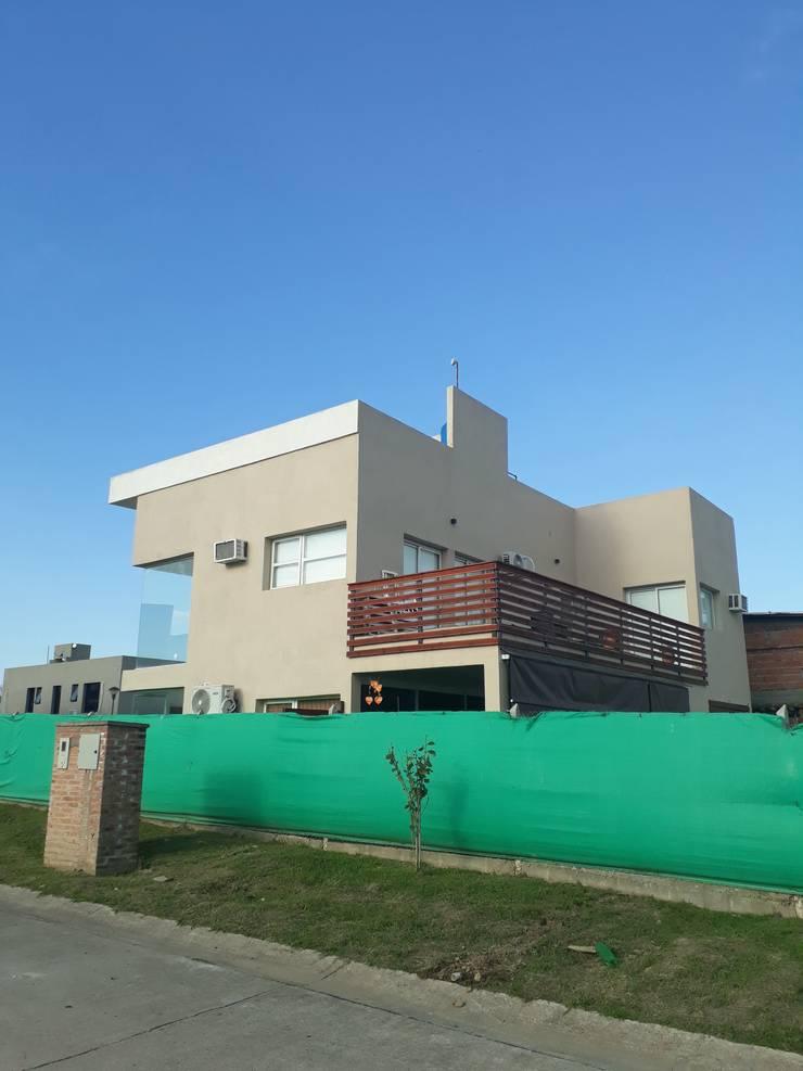 Vivienda Familiar: Casas unifamiliares de estilo  por Arquivolta A&D,
