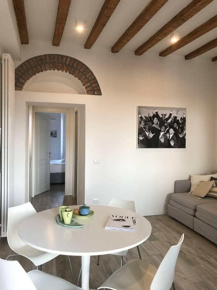 living Navigli: Sala da pranzo in stile in stile Minimalista di studio ferlazzo natoli