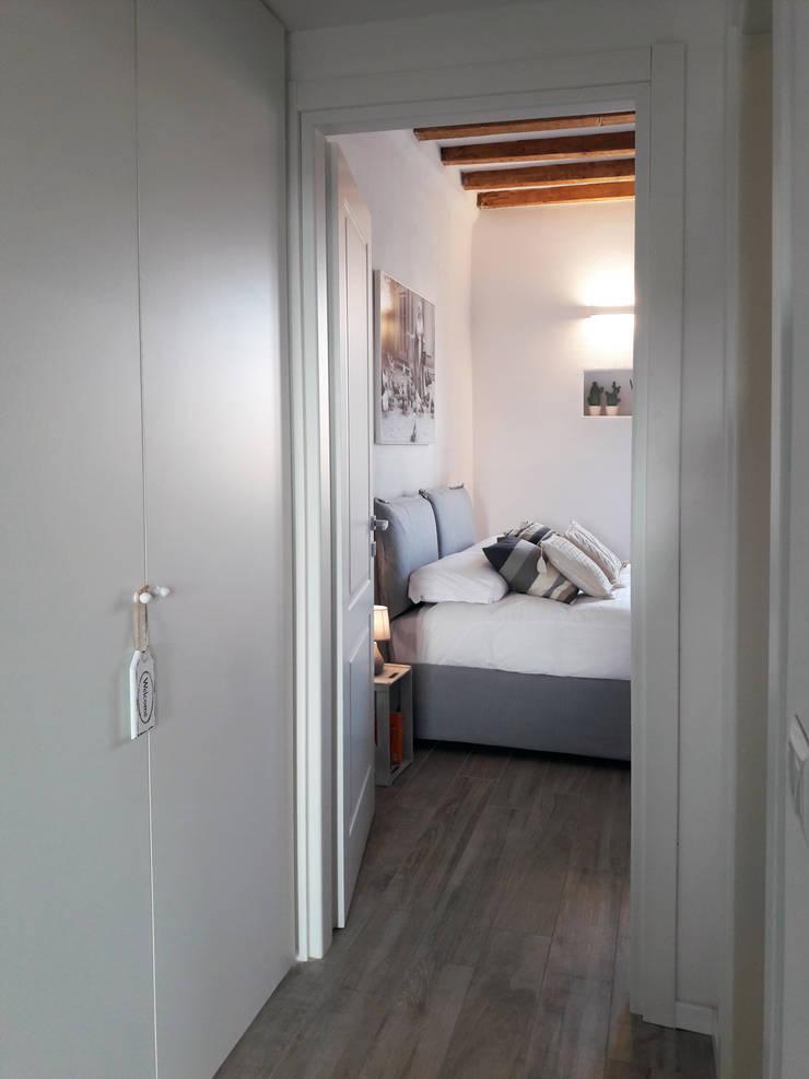 living Navigli: Ingresso & Corridoio in stile  di studio ferlazzo natoli