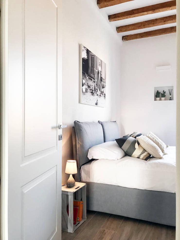 living Navigli: Camera da letto in stile in stile Minimalista di studio ferlazzo natoli