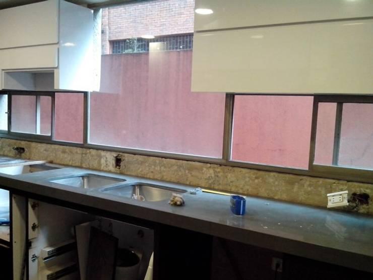 Instalación mesón en quarztone de Cambia Tu Nido Moderno Cuarzo
