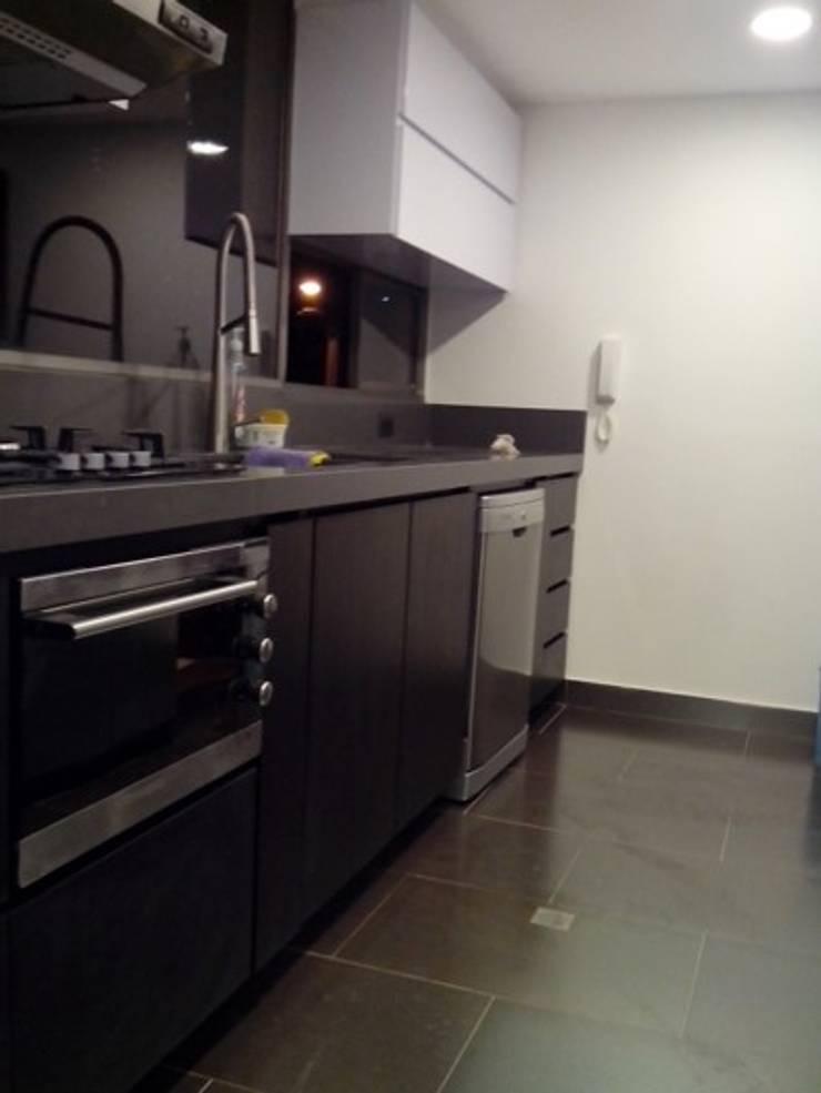 mueble cocina con mesón en quarztone: Cocinas integrales de estilo  por Cambia Tu Nido