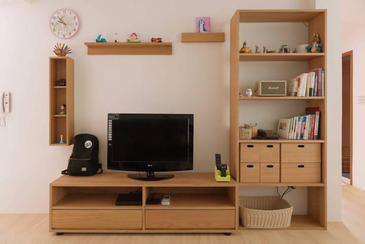 清新溫暖的家:  客廳 by 大觀創境空間設計事務所