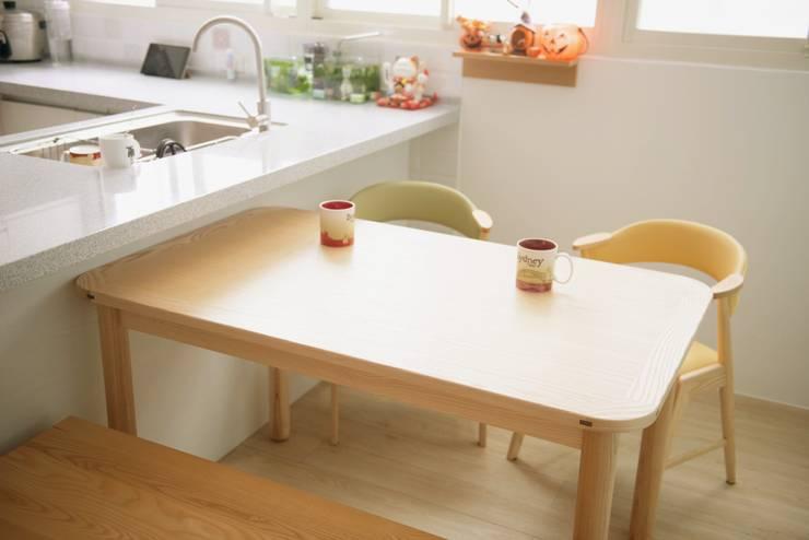 清新溫暖的家:  餐廳 by 大觀創境空間設計事務所