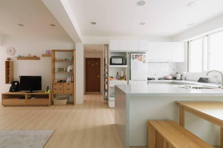 畸零空間拿來做廚房收納:  廚房 by 大觀創境空間設計事務所