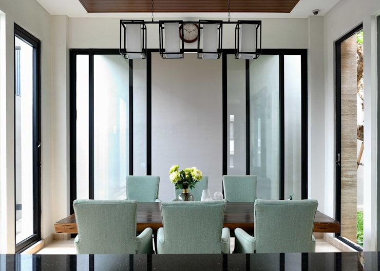 LV Residence:  Ruang Makan by EquiL Interior
