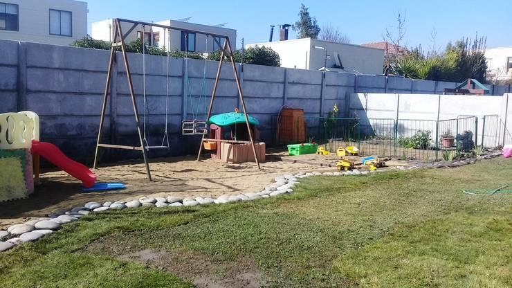 Jardin Colina:  de estilo  por Melany Neuburg Ecologa Paisajista