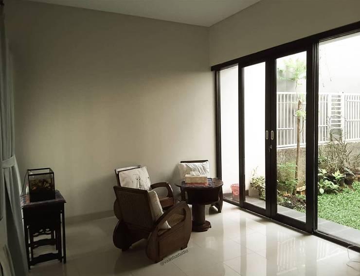 Rumah Taman – Ciganjur . Jakarta Selatan:  Ruang Keluarga by Vaastu Arsitektur Studio