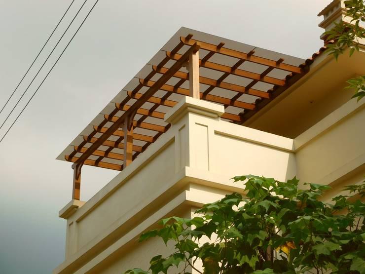 屋頂木頭採光罩好有自然氛圍:   by 園匠工坊-採光罩 玻璃屋 小木屋 露台 南方松木作工程