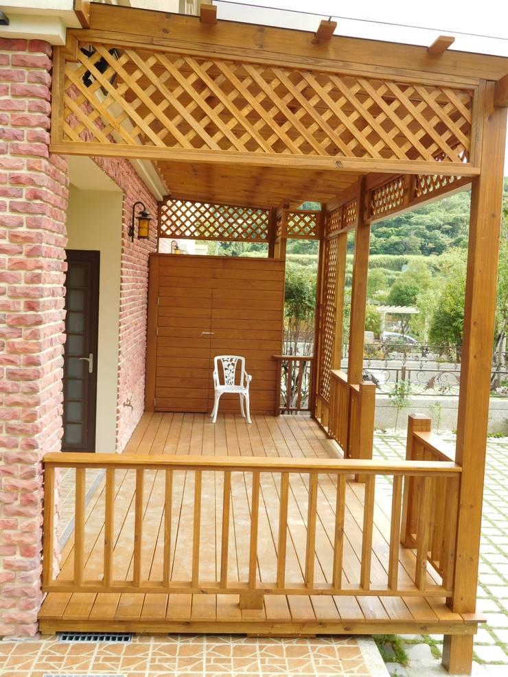 很難想像坐臥在這空間好悠閒丫。:   by 園匠工坊-採光罩 玻璃屋 小木屋 露台 南方松木作工程