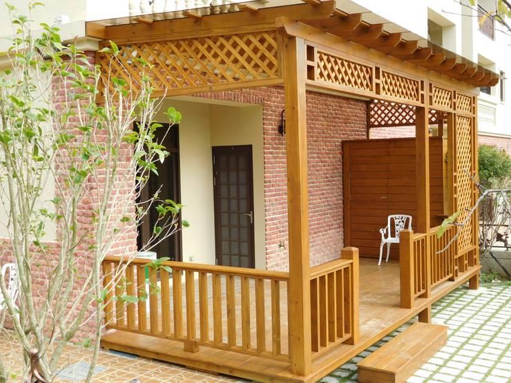 採光罩。欄杆。木地板。格柵:   by 園匠工坊-採光罩 玻璃屋 小木屋 露台 南方松木作工程