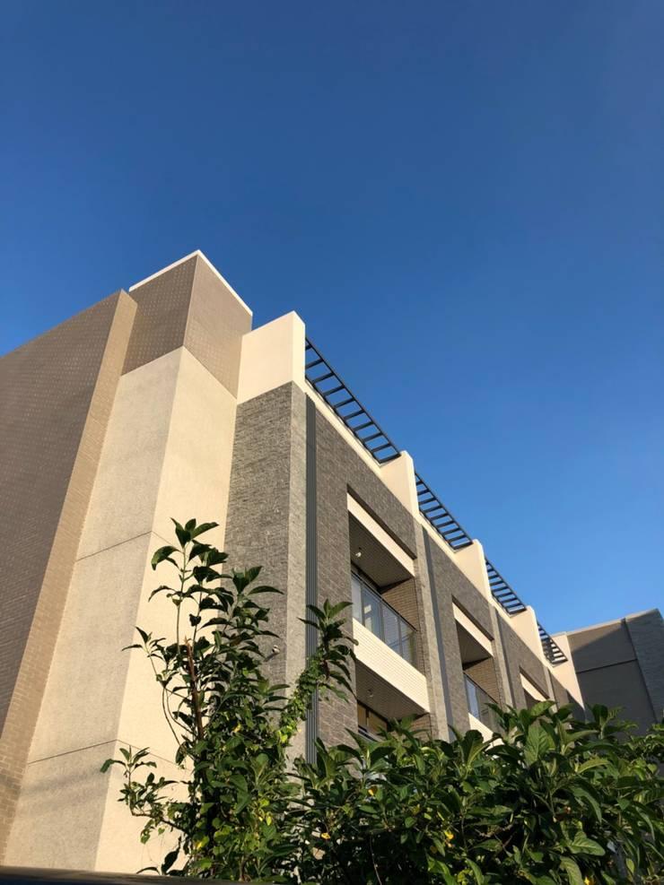 建築物由下往上視角:  別墅 by 讚基營造有限公司
