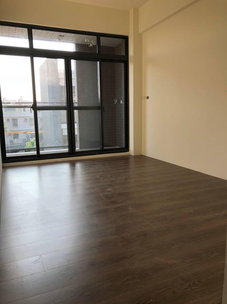 木質地板的臥房:  臥室 by 讚基營造有限公司