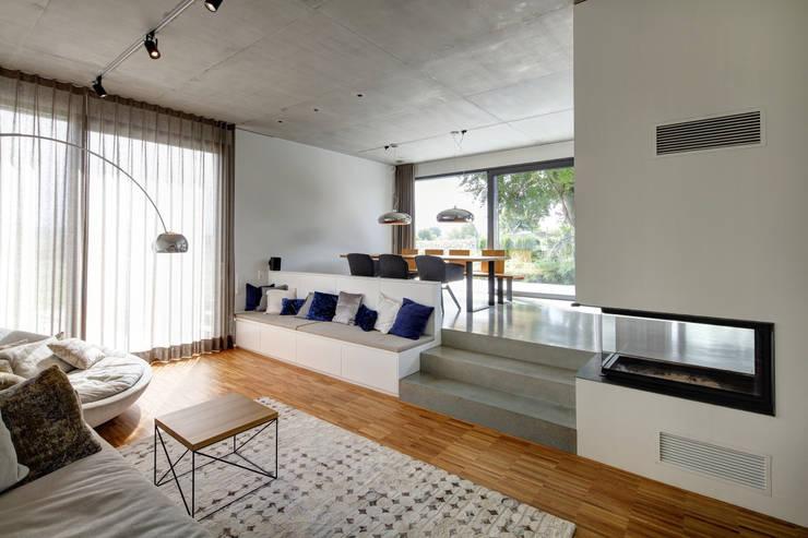 Architekturbüro zwo P의  거실, 미니멀 콘크리트