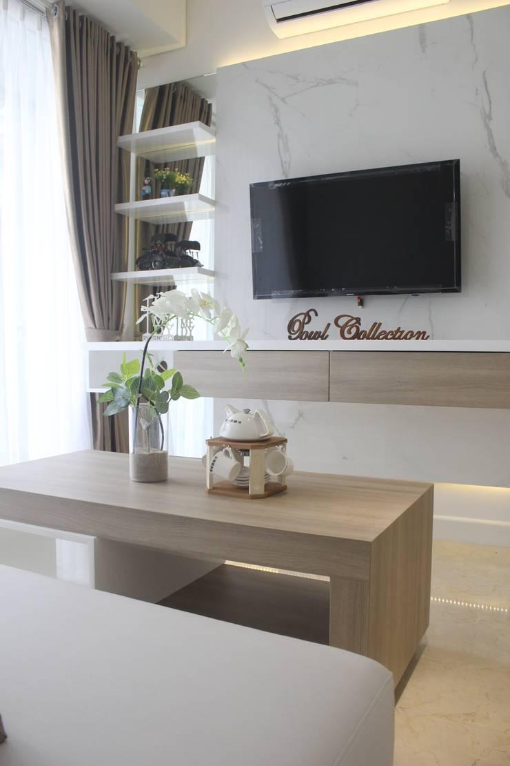 Apartemen Landmark II – Tipe  2 Bedroom (Design I): Ruang Keluarga oleh POWL Studio, Minimalis