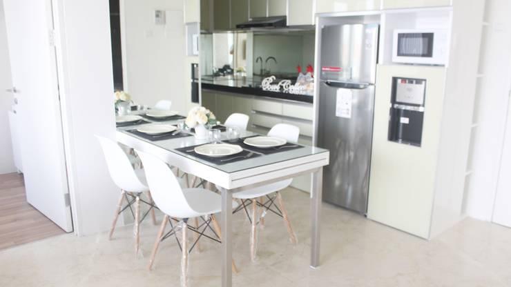 Apartemen Landmark II – 2 Bedroom (Design II):  Unit dapur by POWL Studio