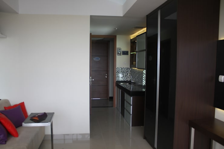 Koridor Menuju Dapur:  Koridor dan lorong by POWL Studio
