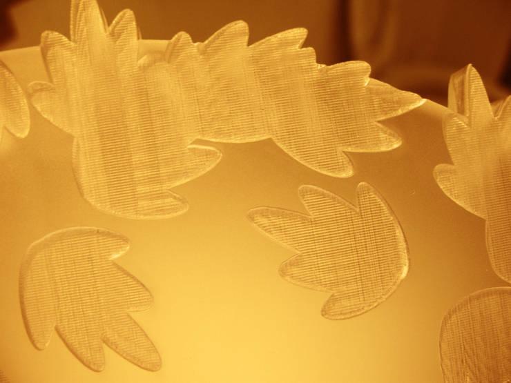 dettaglio intaglio Plexiglass: Sala da pranzo in stile  di SeFa Design by nature
