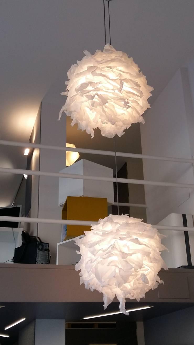 Light Flowers paralume singolo: Sala da pranzo in stile  di SeFa Design by nature