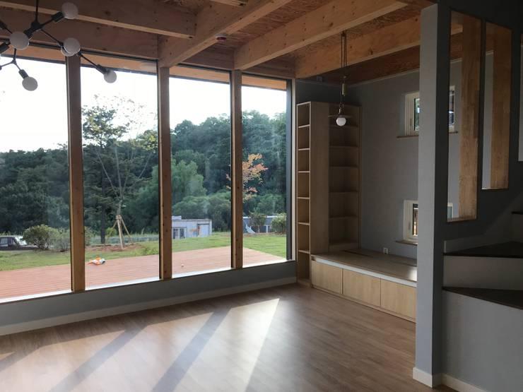 중목구조 주택,협소주택,안성 전원 주택: 집으로의  거실
