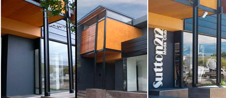 Fachada: Oficinas y Tiendas de estilo  por Metamorfosis arquitectura y diseño,Moderno Madera Acabado en madera