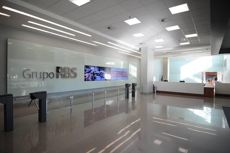 Retrofit de Empresa Referência na Área de Telecomunicações                                                                                                                     : Edifícios comerciais  por BG arquitetura | Projetos Comerciais,