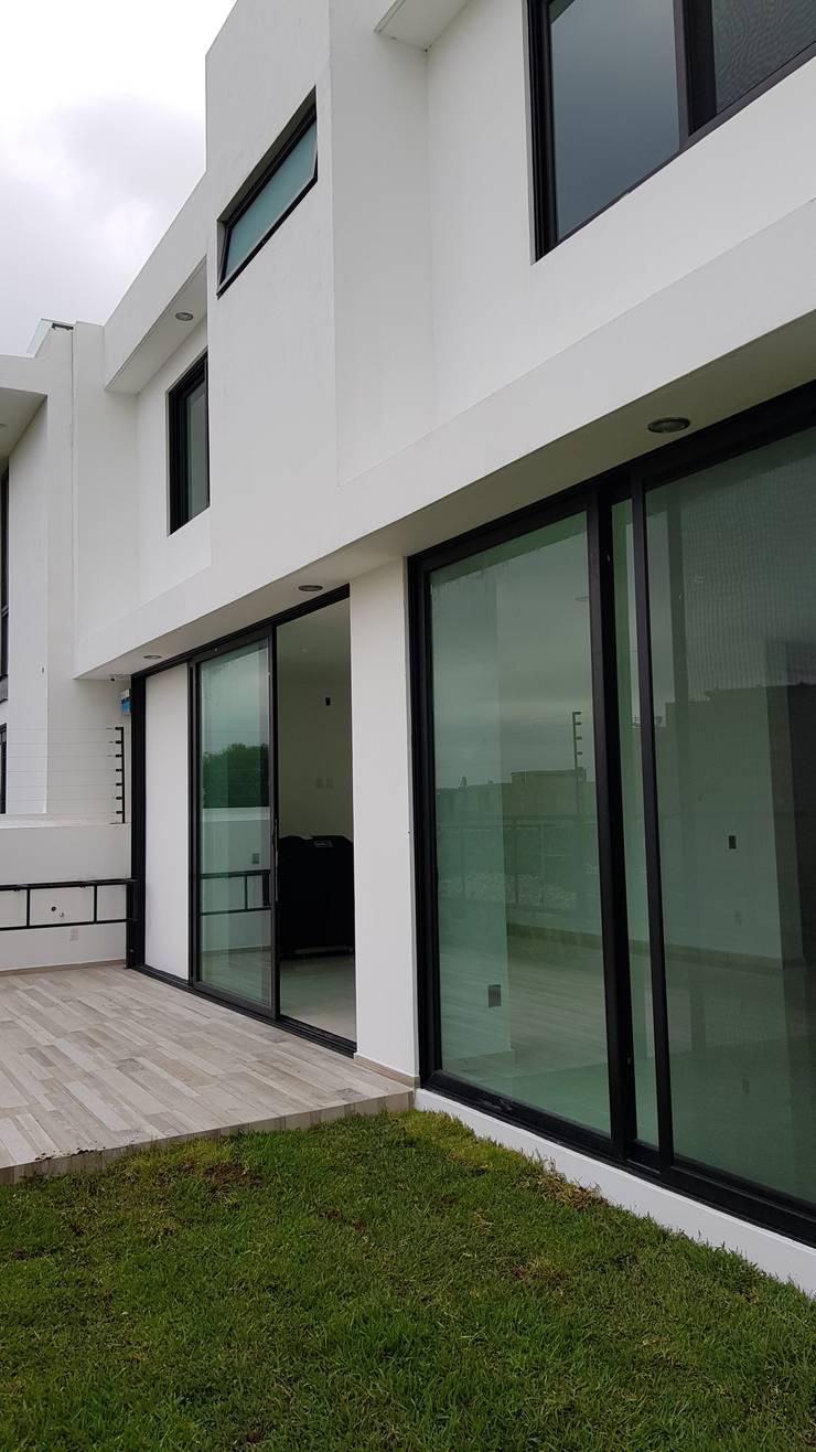 PUERTA LAS LOMAS: Casas de estilo moderno por Arki3d