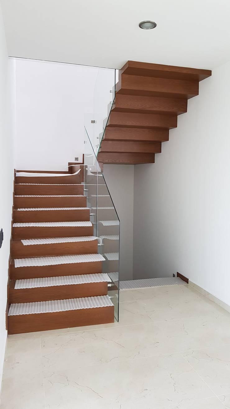 PUERTA LAS LOMAS: Escaleras de estilo  por Arki3d