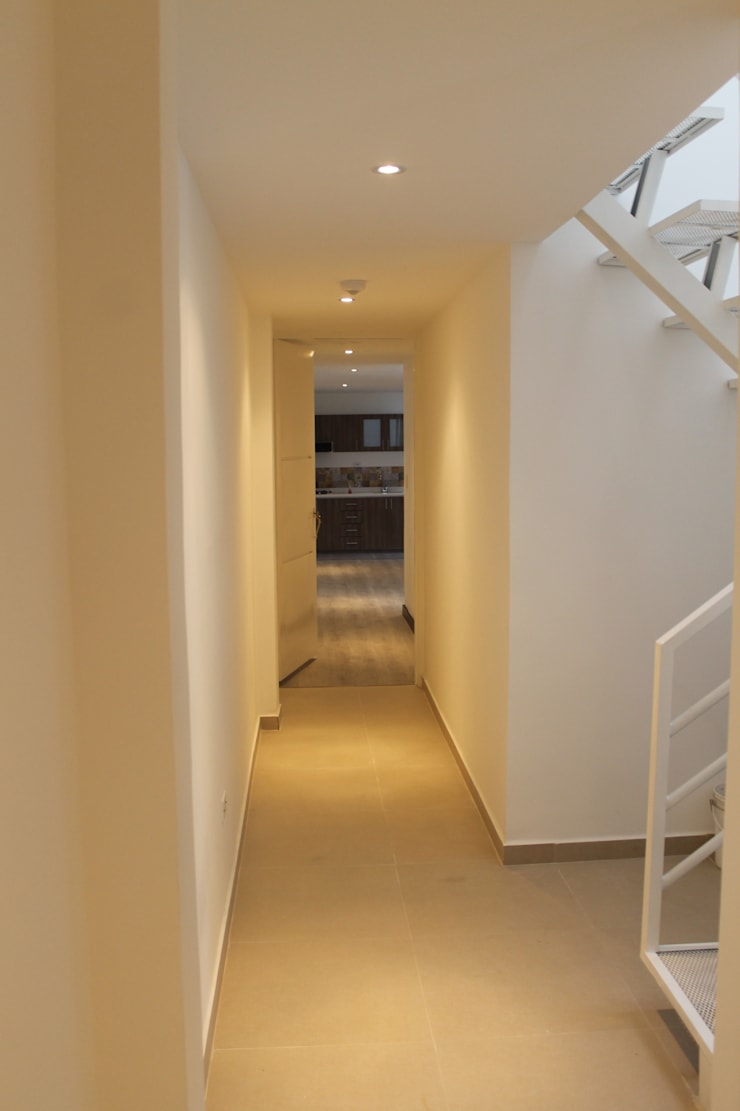 RA-30/APARTA-ESTUDIOS: Pasillos y vestíbulos de estilo  por IngeniARQ Arquitectura + Ingeniería, Moderno