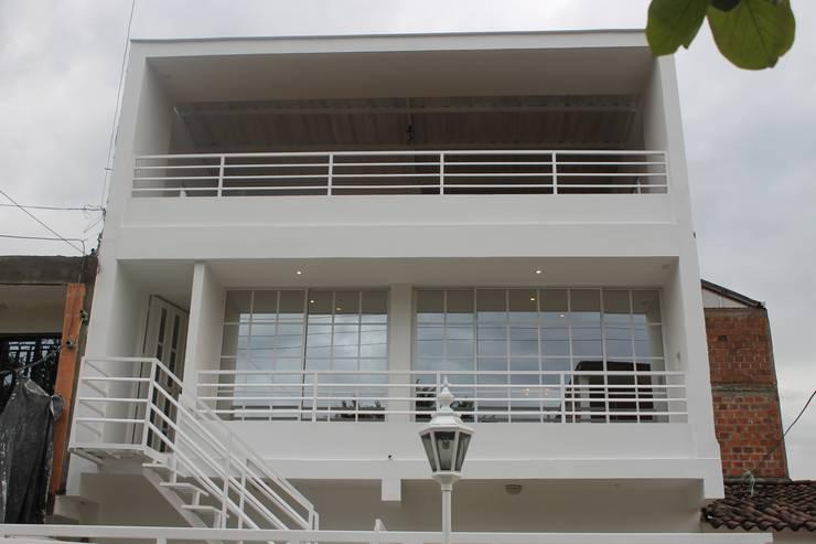 FACHADA PRINCIPAL: Casas de estilo  por IngeniARQ Arquitectura + Ingeniería