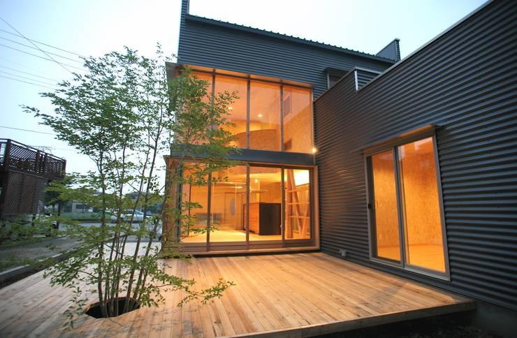 外観 シンボルツリー: 株式会社高野設計工房が手掛けた木造住宅です。